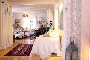 Ljust och ombonat. Gammalsvenska tapeter och möbler i lantlig stil med personliga inslag och fina detaljer.