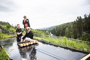 Karl Seldahl arbetar, tillsammans med scenmästare Anton Lindström och Thomas Hedengran som spelar Dunderklumpen, för att det sceniska maskineriet (här en timmerflotte på Ströms vattudal) ska gå som smort.