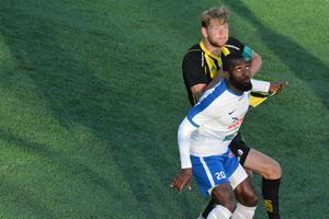 Niclas Håkansson i närkamp med Timrås tvåmålsskytt Bamekee Toure. Timrå skrällde på Skyttis och vann med 3–2. Håkansson var mycket besviken på sitt lag.