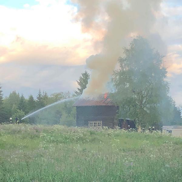 Räddningstjänsten är på plats och försöker släcka branden.