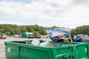 Bara på söndagen räknar vaktchefen med att 12 såna här containrar på 20 kubik kommer fyllas med skräp.