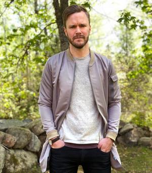 Philip Larsson, Östervåla, är nybliven pappa, och även om det kommer att dröja många år innan hans dotter kommer att gå i skolan är han djupt engagerad i hur Heby kommun sköter ekonomin.