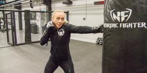 Mikaela Eklund inviger den nya kampsportsytan. En gång i veckan kommer hon tillsammans med två andra instruktörer ha BK där.