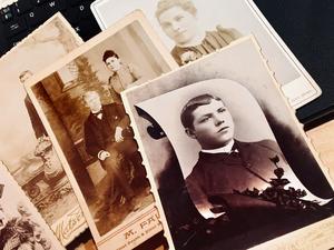 Många skandinaver flyttade till Salt Lake City. Bland Olofs foton finns några. Överst syns Albert Pettersson, Murray, Utah (daterat 1892). Under skymtar Herr och Fru Cederquist.