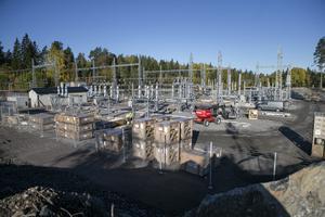 Ett nytt ställverk växer fram och ska ersätta det tidigare ställverket i Höljebro, Söderala. Under 2020 beräknas transformatorstation vara driftsatt.