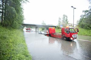 Översvämning igen vid Järnvägsviadukten Årsundavägen. Sveavägen. Efter ett bra tag kom en bärgningsbil till undsättning.