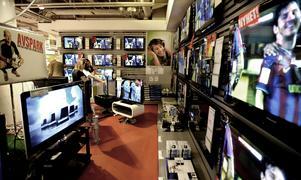 Istället för att köpaen ny TV borde du skänka pengarna till behövande, skriver Henrik Scheutz. Foto: Ingvar Karmhed