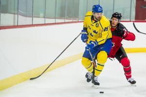Karl Stollery spelade OS för Kanada 2018 – här försvarar han mot Viktor Stålberg i en träningsmatch före turneringen. Foto: Petter Arvidson / Bildbyrån