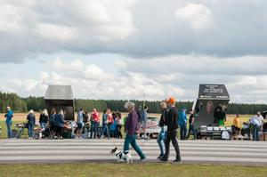 1000 meter loppis var en folkfest med hundratals besökare.