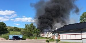 Branden orsakade ett stort svart rökmoln som fick stor spridning i blåsten.
