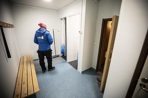 Pär-Ola Eriksson visar upp de nya duscharna.
