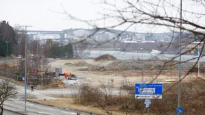 Schaktmassorna ligger i högar där bostadsprojektet Igelsta strand ska uppföras. På onsdagen ska Boel Godner (S) ta första spadtaget för att officiellt starta bygget.
