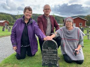 Släkten Sundin letade efter sina rötter i Höga kusten och fann makarna Per och Märta Kristinas grav i Nordingrå. Marilyn, Johan och Patricia. Foto: privat.