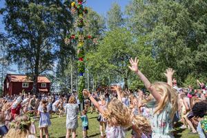 Den sista april 2019 hade Nynäshamns kommun preliminärt 28 420 invånare. Bilden är från midsommarfirandet i Sorunda prästgårdspark.