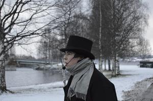 Alma Svensson spelar den julhatande Scrooge.