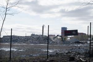 Maskiner jämnar till marken inför bygget av en ny serverhall på Ingarvet i Falun.
