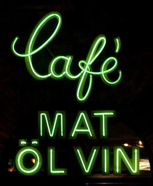 Den sedan länge nedtagna neonskylten på CC-pubens fasad. Bilden är från 2002. Foto: Mats Olsson