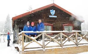 Bengt Eriksson, Bosse Wallin och Tomas Bredberg på stugans uteservering. Den är en senare tillbyggnad, och såg inte måna gäster i lördagens väder.
