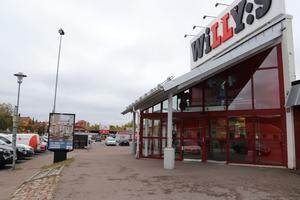 Mataffärerna ligger på rad på Norra Järnvägsgatan i Falun. Man ser bort till Ica Supermarket från Willys. Och inte långt åt andra hållet huserar Lidl.