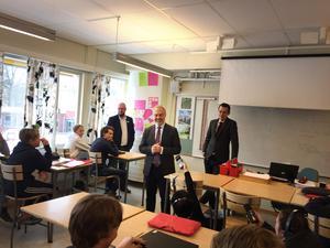 Jan Björklund (L) i sitt rätta skolelement på besök i en sjundeklass på Viksängsskolan. I bakgrunden till vänster rektorn Jens Sjödin West, till höger oppositionsrådet Jesper Brandberg.