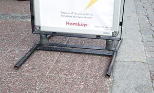 Sorry Hemköp, trottoarpratare som saknar en ram/kant mot gatan godkänns inte av synskadade och betraktas som en olycksrisk.