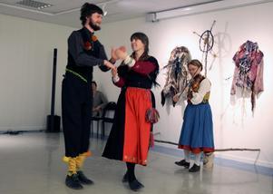 Dansare Max Wikström,  Anna Ericsson och Maria Jonsson som underhöll under öppningen av utställningnen under torsdagen.