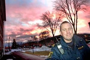 UNGDOMSPOLIS. Många ungdomsbrott har kunnat lösas på grund av att polisen fått en bättre kontakt med ungdomarna på orten. Det berättar Henrik Lindström, ungdomspolis i Skutskär.