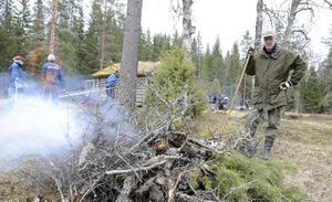 Fagardag i Dansarbacken. Ris och gammalt gräs eldas upp. Brasan passas av Ulf Hilding.