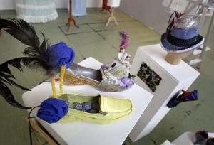 Skor och hattar finns också med, fantasifullt utsmyckade.