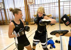 Anna Lindberg tar del av Åsa Sandells slagteknik.