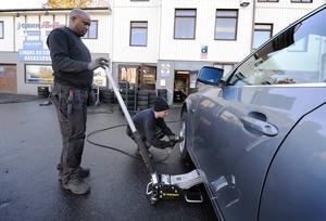 Yosief Gebrehiwet och Janne Grafström hjälps åt med ett däcksskifte.