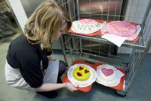 Kajsa Lindvall, 9 E, har precis gjort klar en tårta som senare under dagen skulle bedömas och avnjutas.