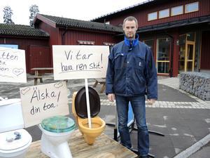 Emil Andersen, driftchef på Falu Energi & Vatten, i samband med Världstoalettdagen 2014. Den 19 november uppmärksammas dagen igen, denna gång ligger fokus på fultorkning, alltså det papper som inte är toalettpapper men som ändå spolas ner i toaletten.Foto: Hampus Petersson/Arkiv