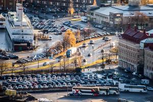Det är bilisterna som både är orsaken till köerna samt lösningen på desamma, skriver Johan Gustavsson.