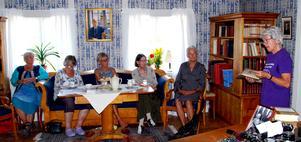 """Anna-Lena Lundblad, till höger på bilden, inledde uppläsningarna av Alfhild Agrells noveller  med """"Svart invärtes"""" och """"Blodsjön ur """"En lappbok"""" från 1919. Foto: Uno Gradin."""