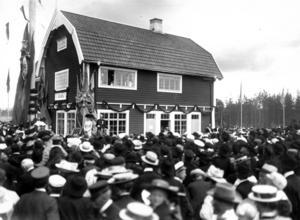 Den 15 juli 1909 fyllde Svegsborna upp hela stationsområdet då kung Gustav V invigde banan Orsa–Sveg.