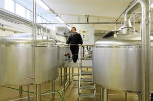 Erika Parneborg på kommandobryggan i sitt bryggeri.