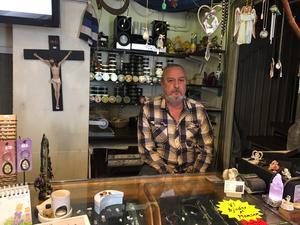Bengt Berg stänger butiken Raia,  i centrala Falun, efter åtta år. Ett allvarligt sjukdomsbesked tvingar honom att göra det.