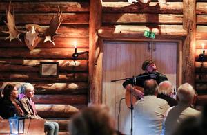 Anderas Nilsson sjunger om vemod, längtan och obesvarad kärlek. Foto: Paula Dalin