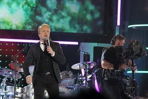 """Hösten 2010  var Andreas Weise med i """"Idol"""" . Här uppträder han vid den femte fredagsfinalen i TV4:s underhållningsprogram. Foto: Bertil Ericson/Scanpix"""