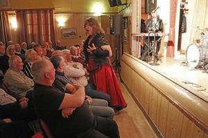Miss Big Tilly ger sig ut bland herrarna i publiken.