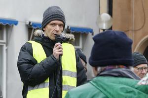Jörg Hellkvist håller ett kort tal på klimatstrejken på Stora Torget.