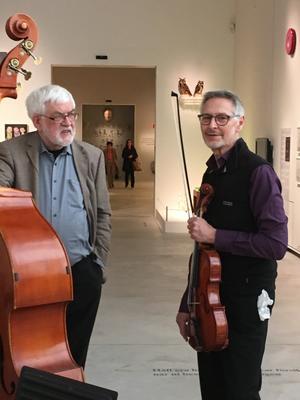 Björn Jonsson spelar bas och Lars Igetoft viola i Kamus. Foto: Kamus