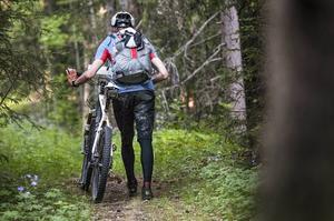 Turen började i snö i nordligaste Lappland, för att sluta i nästan tropisk värme. Mattias Skantz cyklar mest nattetid då det inte är lika varmt som dagtid. Ett oväntat problem för en tur i svenska fjällen.