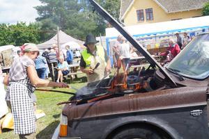 Såklart ska det finnas möjlighet att köpa kolbullar på en traktorträff. Här steker Irel och Rolf Iversen hundratals bullar i en gammal motorhuv.