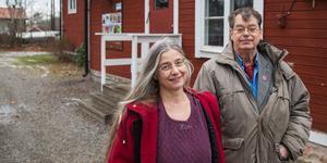 Fritidspolitikerna Helena Hildur W (MP) och Ingemar Oderstedt (V) vid folkets hus i Mölnbo.