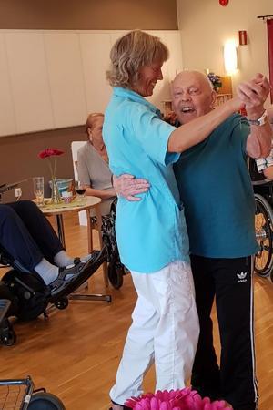 Katarina Lövgren tar en svängom med en av de boende på Saxvikens äldreboende. Foto privat