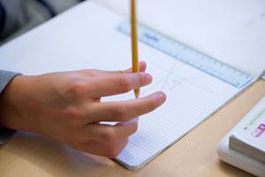 Låt inte enskilda pedagoger ta egna initiativ till åtgärder. Ha genomarbetade och gemensamma planer för alla skolor, skriver signaturen