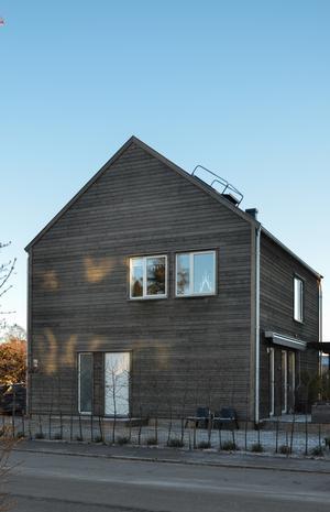 Husets gråa nyans kommer från behandlingen av järnvitriol. Foto: Anna-Lena Wickman/Anders Holmberg Arkitekter
