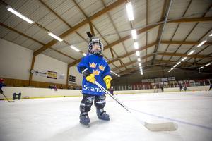Valter Holmgren, 4 år, står stadigt på skridskorna.